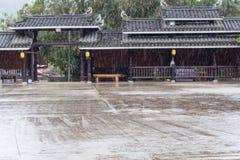 pingos de chuva e porta unfocused do quadrado principal Imagem de Stock