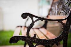 Pingos de chuva em um banco de parque foto de stock royalty free