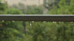 Pingos de chuva em um corrimão Fotos de Stock