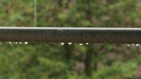 Pingos de chuva em um corrimão Imagem de Stock