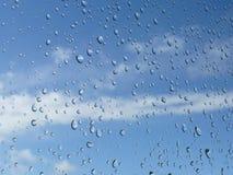 Pingos de chuva em um indicador   Imagem de Stock Royalty Free