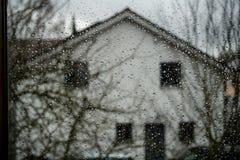 Pingos de chuva em um indicador Imagens de Stock Royalty Free