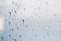 Pingos de chuva em um indicador Fotografia de Stock