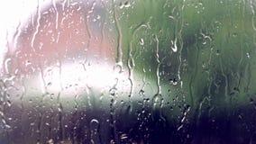 Pingos de chuva em um windowpane filme