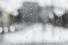 Pingos de chuva em uma janela do trem fotografia de stock