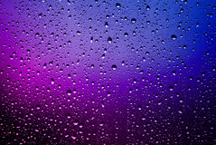 Pingos de chuva em uma placa de janela foto de stock