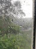 Pingos de chuva fora da janela de vidro fotografia de stock