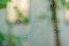 Pingos de chuva na classe da janela Imagens de Stock