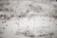 Pingos de chuva na janela imagem de stock royalty free