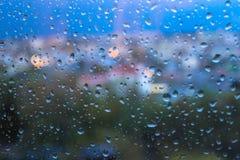 Pingos de chuva na superfície dos vidros de janela foto de stock royalty free