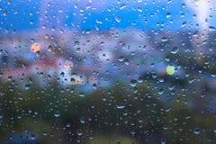Pingos de chuva na superfície dos vidros de janela imagem de stock royalty free
