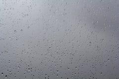 Pingos de chuva no indicador fotografia de stock