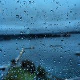 Pingos de chuva no indicador de vidro Imagens de Stock Royalty Free