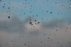 Pingos de chuva no macro da janela Foto de Stock