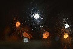 Pingos de chuva no para-brisa do carro imagem de stock