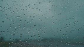 Pingos de chuva no para-brisas molhado do carro filme