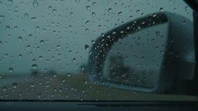 Pingos de chuva no para-brisas molhado do carro video estoque