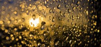 Pingos de chuva no vidro fotografia de stock royalty free