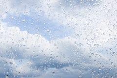 Pingos de chuva no vidro Fotos de Stock