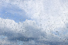 Pingos de chuva no vidro Foto de Stock