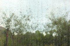 Pingos de chuva no vidro de indicador Imagem de Stock