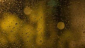 Pingos de chuva no vidro de indicador A vista da janela imagens de stock