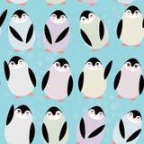 Pingouins drôles sur le modèle sans couture de fond bleu Photos libres de droits