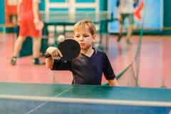 Pingpong, kind speelpingpong, tennisbal en racket Royalty-vrije Stock Foto's