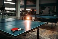 Pingponglijst, rackets en ballen in een sporthal Royalty-vrije Stock Afbeeldingen