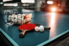 Pingponglijst, rackets en ballen in een sporthal Stock Afbeeldingen