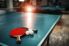 Pingponglijst, rackets en ballen in een sporthal Stock Fotografie