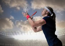 Pingpongspeler tegen stadion en hemel met wolken Stock Fotografie