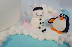 Pinguim que constrói um modelo do boneco de neve Fotografia de Stock