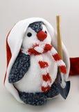 Pinguin in der Schutzkappe mit Schaufel Stockfoto