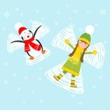 Pinguin und Mädchen, die Schneeengel machen Stockfotos