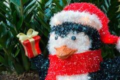 Pinguin-Weihnachtsyard-Bildschirmanzeige Stockfotos
