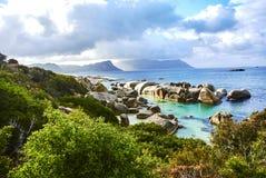 Pinguine im boulder& x27; s-Strand Kapstadt Südafrika mit Küste stockbild