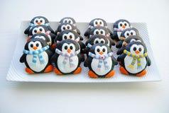 Pinguine, Weihnachtsplätzchen für Kinder Lizenzfreie Stockfotos
