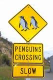 Pinguini che attraversano il segnale stradale, Oamaru, Nuova Zelanda Fotografia Stock
