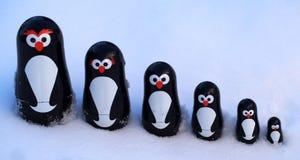 Pinguini in neve Fotografie Stock Libere da Diritti