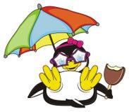 Pinguinmädchen, das unter einem Regenschirm liegt Stockbild