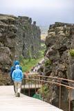 Turists in Pingvellir Nationalpark Stockfoto