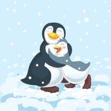 Pingvinföräldern kramar det gulliga lyckliga barnet Arkivfoto