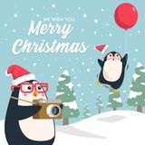 Pingvintecknad film för glad jul med den snöig pinjeskogen vektor illustrationer