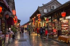 Pingyao, Китай - 6-ое апреля 2018 - туристы и местные люди в t стоковые изображения