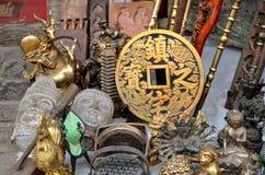 PINGYAO, CHINA - 7 de maio de 2017 - lembranças e decoração velhas do metal de China no mercado em Pingyao Fotografia de Stock Royalty Free