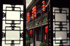 Pingyao, China - 19 de mayo de 2017: La decoración de lampions rojos en las calles de la ciudad antigua China de Pingyao Foto de archivo libre de regalías