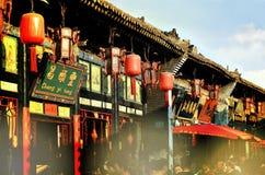 Pingyao, China - 19 de mayo de 2017: La decoración de lampions rojos en las calles de la ciudad antigua China de Pingyao Fotos de archivo libres de regalías