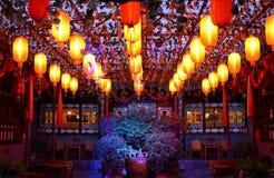 Pingyao, China - 19 de mayo de 2017: La decoración de lampions rojos en las calles de la ciudad antigua China de Pingyao Imágenes de archivo libres de regalías