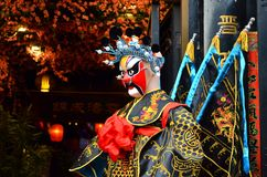 PINGYAO, CHINA - MAI 2017: Chinesisches Oper costiume durchgeführt vor teatre Tür stockfotografie
